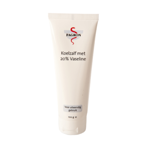 Koelzalf met 20% vaseline is geschikt voor de zeer droge en geprikkelde huid. De verdamping van water in deze koelzalf heeft een licht verkoelend effect op de huid. Vaseline zorgt voor een hoger vetgehalte en draagt bij aan de bescherming van de huid, waardoor de huid minder water afstaat en wordt gehydrateerd. Glycerine zorgt voor een goede smeerbaarheid en gaat uitdroging van de huid tegen. Let op! bevat Rozenolie en Arachideolie