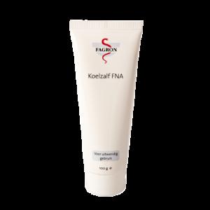 Koelzalf FNA is geschikt voor de droge en geprikkelde huid. De verdamping van water in deze koelzalf heeft een licht verkoelend effect op de huid. Glycerine zorgt voor een goede smeerbaarheid en gaat uitdroging van de huid tegen. Let op! bevat Rozenolie en Arachideolie